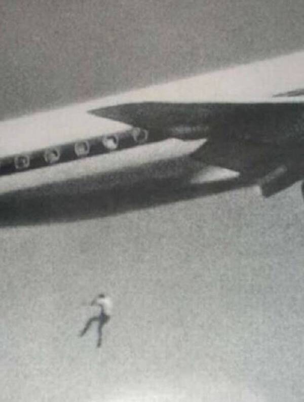 Photo of Keith Sapsford falling from an airplane